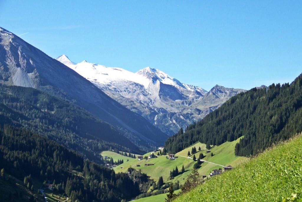 Tux Zillertal im Hintergrund der Hintertuxer Gletscher